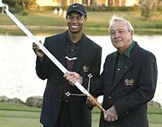 Tiger Woods ja Arnold Palmer viimevuotisessa palkintojenjaossa Bay Hillissa &copy Getty Images