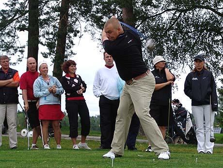 Espoon Ringsidessa tullaan pelaamaan myös jatkossa. Kuvassa tj. Janos Uotila antaa pallolle kyytiä.
