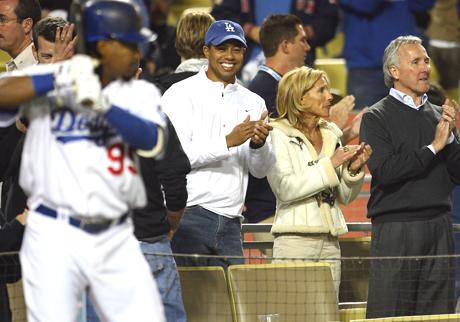 Tiger Los Angeles Dodgersien pelissä joukkueen omistajan ja tämän vaimon kanssa.  &copy Getty Images