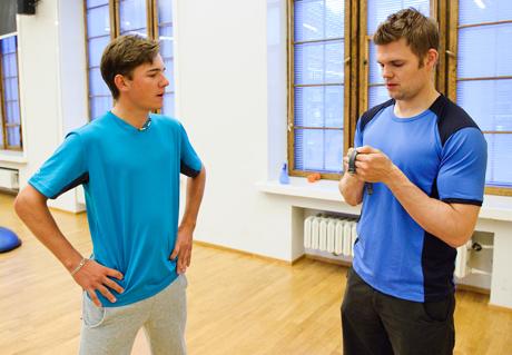 Tavoitteet voi miettiä myös yhdessä valmentajan kanssa. Toni Hakula kuntotestissä Timo Haikaraisen kanssa. (Kuva Antti Luukkonen)