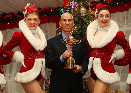 Corey Pavin sai näköjään Ryder Cup -kannun joululahjaksi, toinen ehdotus olisi Decisions kirja... &copy Getty Images