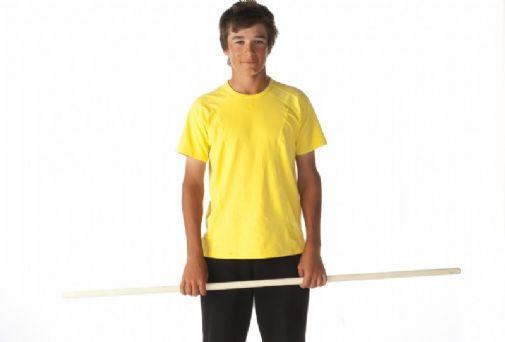 1. Alkuasento. Seiso jalat hartioiden leveydellä ja ota kepistä ote hartioiden leveydeltä.