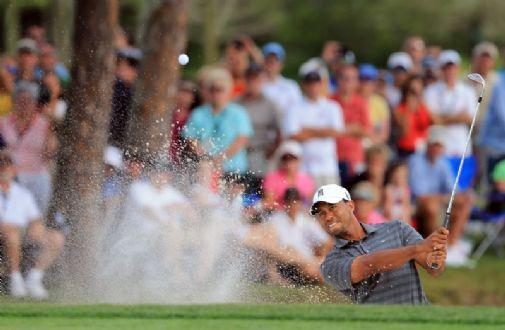 Tiger Woods lähtee viimeiseen kierrokseen lyönnin johdosta