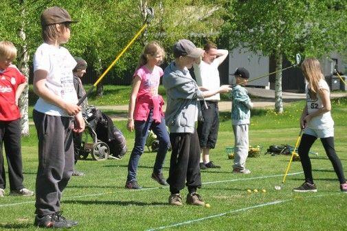 Ruununmyllyn koulun neljäsluokkalaiset iskivät palloa Tawast Golfin rangella.