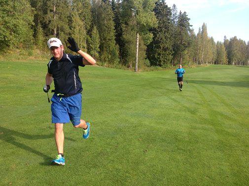 Janne Linnermo ( vas.) ja Mika Nieminen jolkottelivat 54 reikää ja 22,7 kilometrin urakan vaivatta alle kolmen tunnin kotikentällään Hyvi Golfissa.