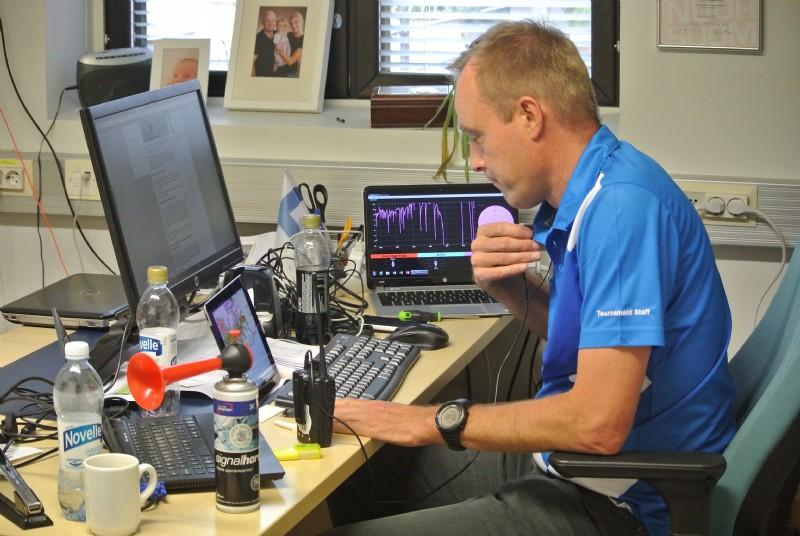 Teknologia on valttia golfkisoissakin. Kilpailunjohtaja Mika Wikström seurasi tarkasti säätilan kehitystä ja peli puhallettiin poikki vähän ennen neljää.