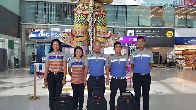 Thaimaan maajoukkueen pelaajat ja kapteeni kuvattuna Bangkokin lentokentällä.