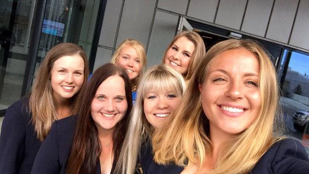 Suomen joukkue pelasi iloisella ilmeellä Islannin EM-kisoissa. Niukka puolivälieätappio Espanjalle taisi kuitenkin painaa mieltä jälkimmäisissä sijoitusotteluissa. Kuva: Juha Skyttä