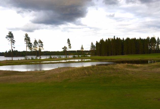 Katinkullassa järvimaisemaa riittää myös 9-reikäiselle kentälle.