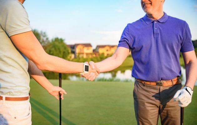 Kätteleminen on golfkentillä kohtelias ja vakiintunut tapa.
