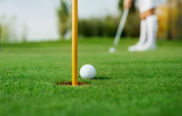 Golfin perimmäinen tavoite on yrittää lyödä pallo reikään.