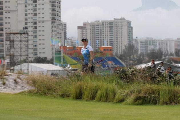 Kisakentän viereen nousevat massiiviset kerrostalot ovat hyvä esimerkki Riolle tyypillisestä koruttomasta arkkitehtuurista.