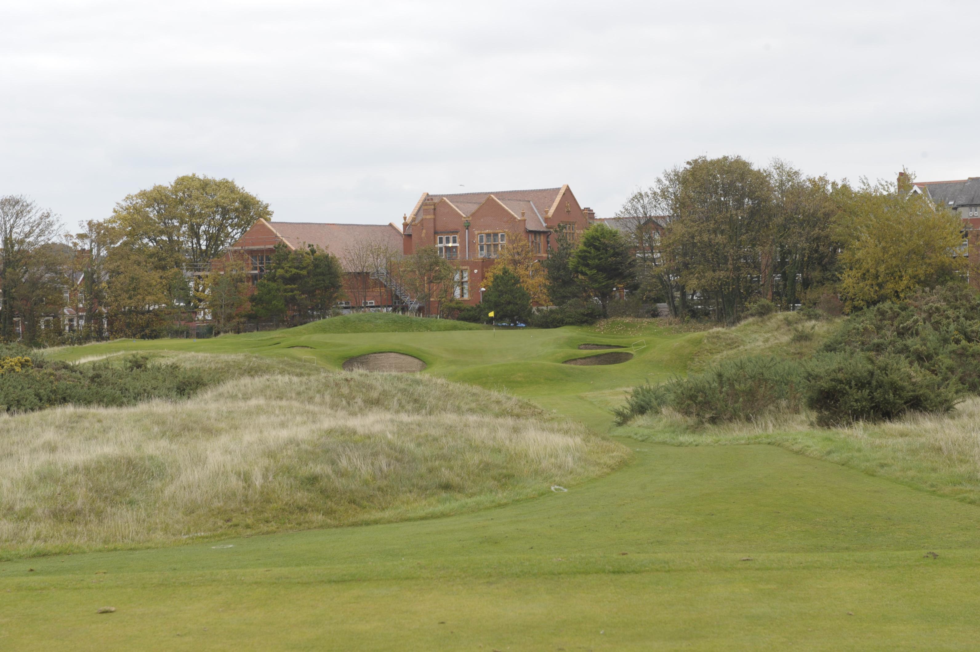 Golfkenttä kaupungin kupeessa. Royal Lytham & St Annesin parhaisiin väyliin lukeutuu ehdottomasti yhdeksäs, par-kolmonen.