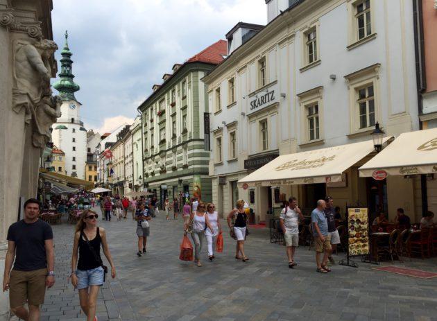 Bratislavan vanha kaupunki on täynnä idyllisiä katuja.