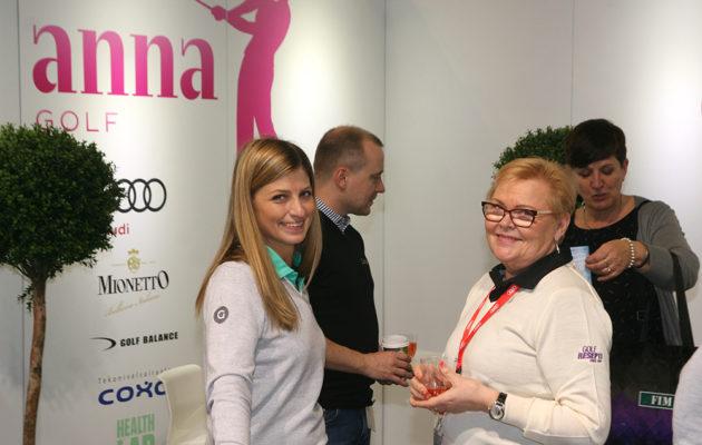 Anna Golf -kapteeni, Heli Puhakka (vas.) piti huolta Anna Golf Loungen vieraista avauspäivänä.