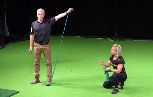 Jessica Reiman (oik.) ohjaa 100 päivää – 100 metriä -projektiryhmään kuuluvaa Ari Mustosta.