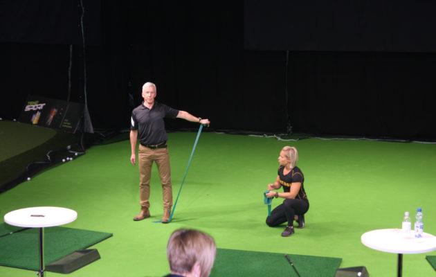 100 päivää- 100 metriä ryhmän jäsen Ari Mustonen ja Fressin Jessica Reiman pitivät ytimekkäitä tietoiskuja alkulämmittelyn oikeaoppisesta suorittamisesta.