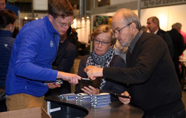 Golfliiton Aarni Nordqvist perehdytti golfareita perjantaina ladattavaksi tulleen eBirdie-sovelluksen käyttöön.