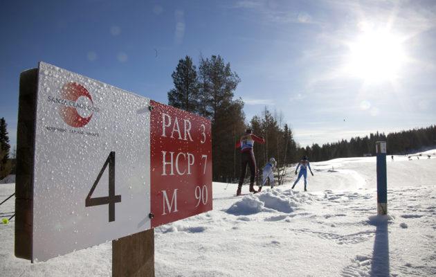 Talviurheilun tunnelmaa Santa Claus Golf Tournamentiin loivat myös kentän maastoissa kulkeneet nuorten SM-hiihdot. Kuva: Inka Porttila