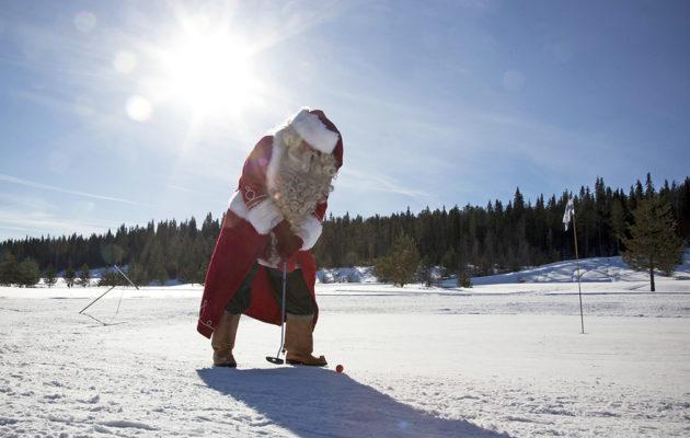 Joulupukki kävi testaamassa nimikkokenttänsä valkiot. Kuva: Inka Porttila