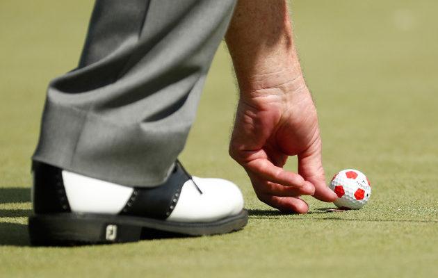 Sääntörikkeet tulee uusien määräysten mukaan todentaa paljaalla silmällä. Sanktiotoleranssi pallon virheellisissä merkkaustapauksissa on pienempi. Kuva: Getty Images