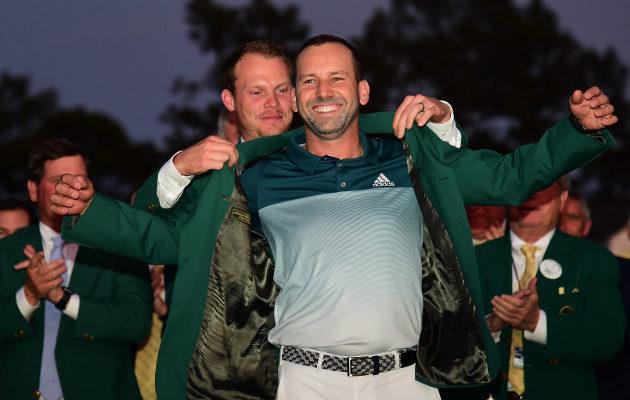 Sergio Garcian uran merkittävin tähtihetki koitti, kun hän sai ylleen Masters-voittajan vihreän takin Augustan tummuvassa illassa. Kuva: Getty Images