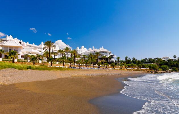 Vista panorámica del hotel frente al mar