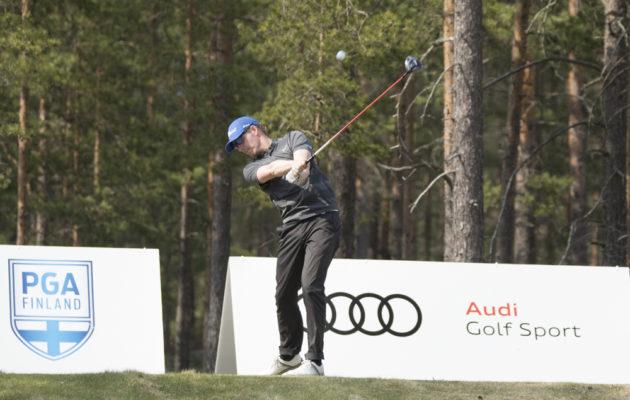 Aggressiivisesti draivia lyönyt Niklas Dahlgren johtaa kauden toista FT-kilpailua. Kuva Juha Hakulinen