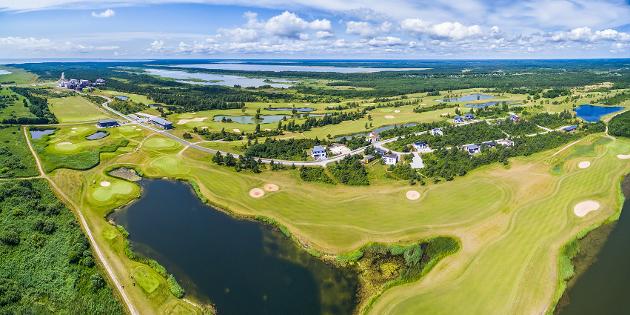 Lassi Pekka Tilanderin suunnittelema kenttä sijaitsee vain kävelymatkan päässä kaupungin keskustasta. Kuva: Saare Golf