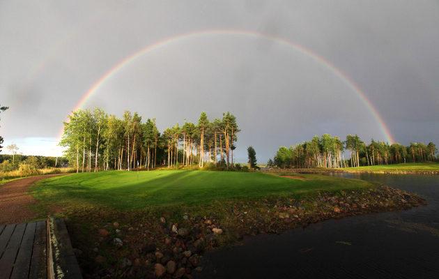 Viipurin Golfin Etelä-Saimaa -kentän 10. reikä on huuhtonut lukuisten pelaajien unelman hyvästä kierrostuloksesta. Kuva: Lassi Pekka Tilander