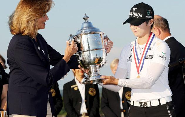 Sung Hyun Park vastaanotti arvostetun kiertopalkinnon USGA:n puheenjohtajalta Diana Murphyltä. Kuva: Getty Images