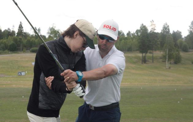 Bosse Backman laajensi opetustarjontansa interaktiiviseen Solid Golf -digipalveluun.