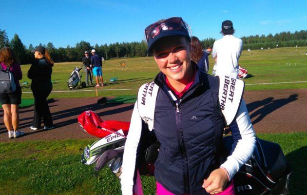 Minea Blomqvist-Kakolla on Emirates Golf Clubilla pelattavassa kisassa vain kaksi lyöntiä matkaa kolmen joukkoon. Kuva: Golfpiste