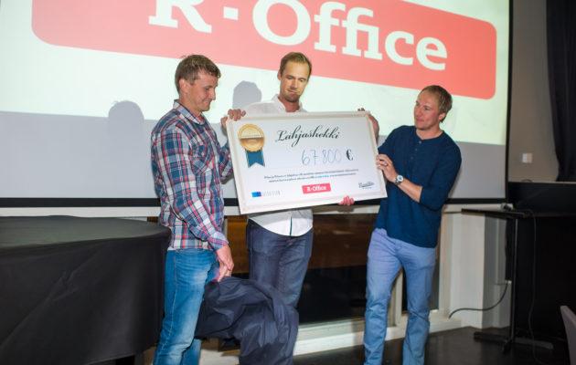 Pekka Rinne (kesk,) ja Jussi  Jokinen (oik.) keräsivät hyvään tarkoitukseen todella merkittävän potin. Kuva Salla Jokinen.