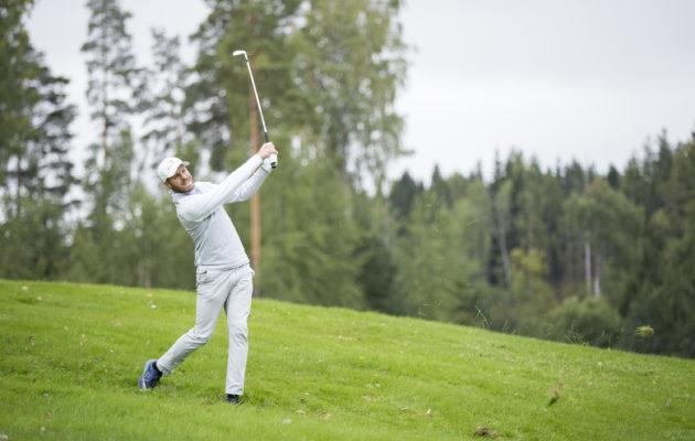 Mikael Salminen nauttii pelaamisestaan kotikentällään. Lauantaina hän pelaa kilpailun voitosta. Kuva Juha Hakulinen.