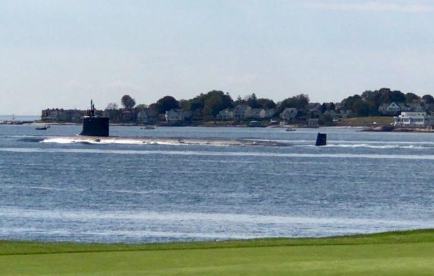 Shennecossett Golf Coursen 16. viheriön vierestä lipui masiiviinen sukellusvene kun olimme puttaamassa.