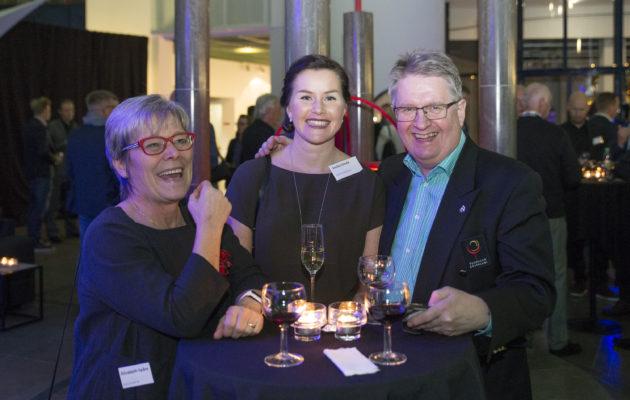 Elisabeth Spåre (vas.) jättää Golfliiton hallituksen, Emilia  (kesk.)vastaa liiton talousasiosta , Rauno Pusa (oik.) aloitta hallituksessa vuodenvaihteessa.
