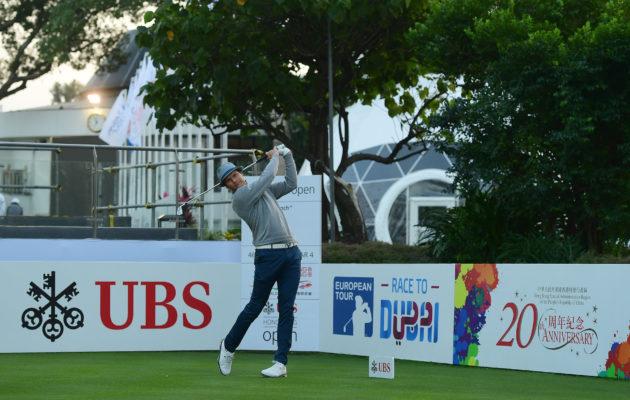 Historiallinen hetki. Road to Oman -voittaja Tapio Pulkkanen lyömässä ET-kauden 2018 ensimmäistä lyöntiä Hong Kong Golf Clubin ykköstiillä. Kuva: Getty Images