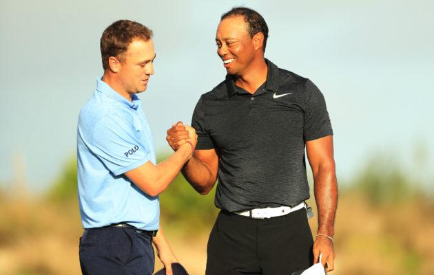 Justin Thomasin (vas.)bägissä on vain yhden brändin mailoja sekä palloja. Tiger Woodsilla (oik.) on sopimuksia useamman valmistajan kanssa.  Kuva: Getty Images