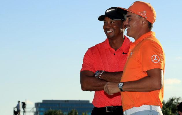 Rickie Fowler (oik.) esitti sunnuntaina yhden päättymäisillään olevan vuoden hienoimmista finaalikierroksista. Myös kilpailua isännöivän Tiger Woodsin paluuturnaus sujui rohkaisevasti. Kuva: Getty Images