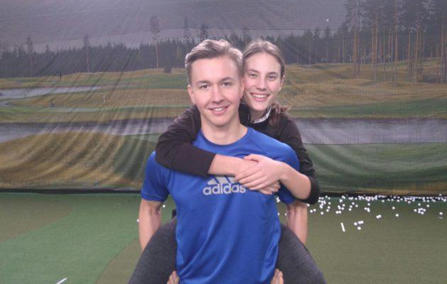 Tässä Santeri Lehesmaan reppuselässä oleva Elina Saksa pelasi hyvän turnauksen Lauro Golfissa.
