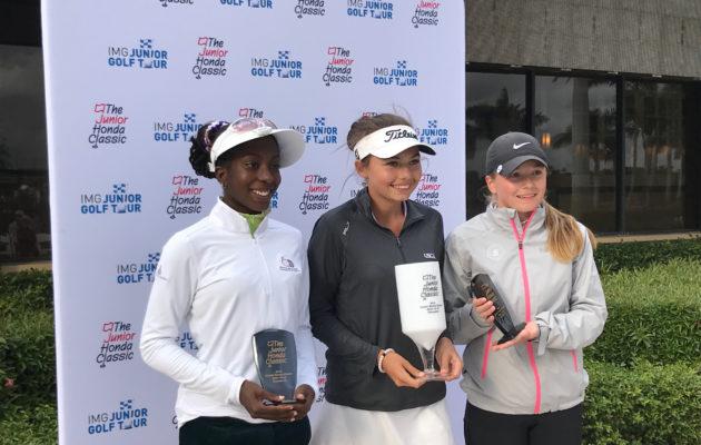 Junior Honda Classicin 16-18-vuotiaiden tyttöjen sarjan kolme parasta: Alexa Pano (kesk.), Kerttu Hiltunen (oik.) ja Georgia Oboh (vas.).