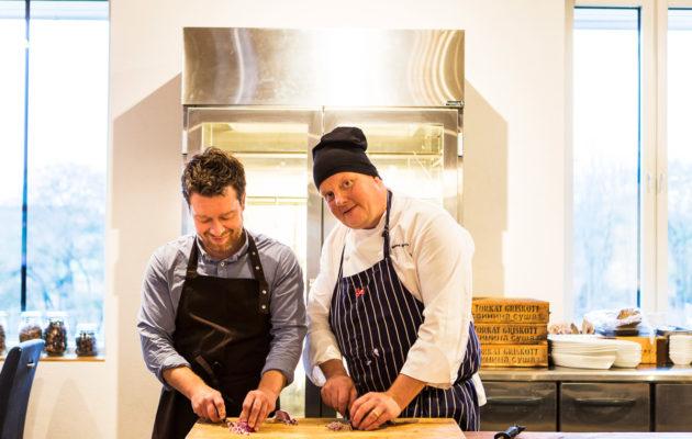 Strömsö-sarjasta tuttu huippukokki Michael 'Micke' Björklund pyörittää Smakby-ravintolaansa Kastelholmassa, aivan golfkenttien läheisyydessä.