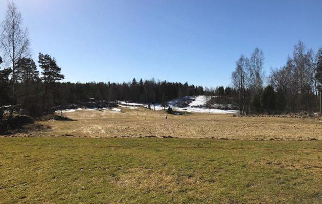 Bjärkas Golfissa näyttää usein tältä maaliskuun puolivälissä. Nyt kauden alkuun Kemiön saarella on vielä aikaa useita viikkoja.