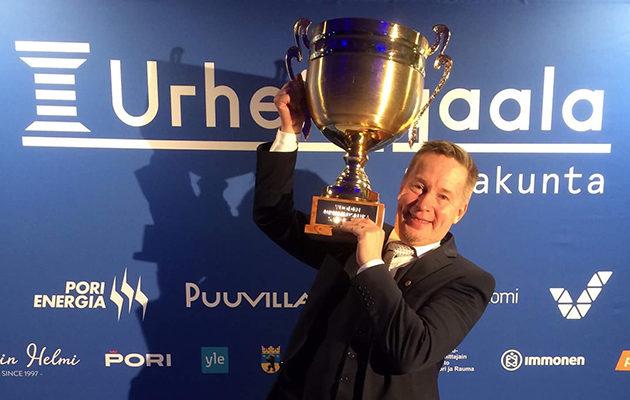 Porin Golfkerho palkittiin Vuoden urheiluseurana Satakunnan Urheilugaalassa viime vuonna. Palkinnon kanssa poseeraa toiminnanjohtaja Ville Tuovinen.