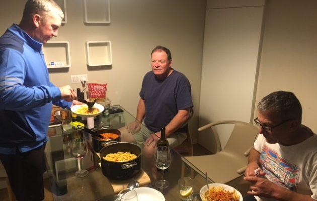 Greig, Rob ja DJ keittiön pöydän ääressä.