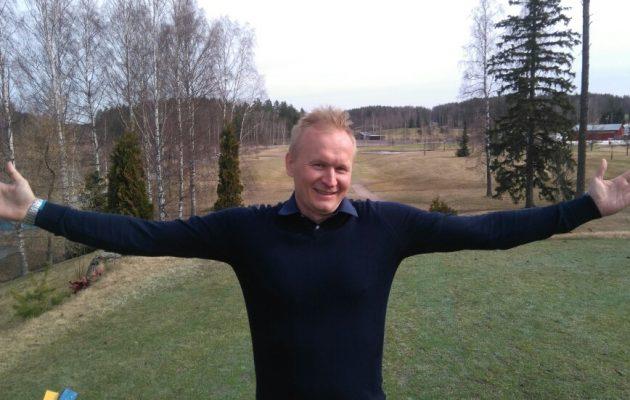 Juha Ruponen osoittaa, kuinka innostunut hän on työstään ja kauden käynnistymisestä Peuramaalla. Viheriöiden korjaamattomat alastulojäljet saivat Ruposen purkautumaan Facebookissa.