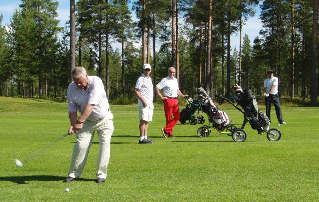 Jukka Rissanen (kolmas vasemmalta) pelasi aktiivisimpinä vuosinaan reilusti yli sata kierrosta golfia. kaudessa.