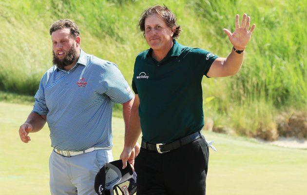 Phil Mickelsonin golfuran synkin päivä ei saanut supersuosikkia nostamaan kättä virheen merkiksi. Kuva: Getty Images