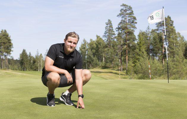 Hirsalan kenttämestari Janne Lehto pääsee syyskuussa leikkaamaan Ryder Cup -kentän viheriöitä. Kuva Juha Hakulinen.